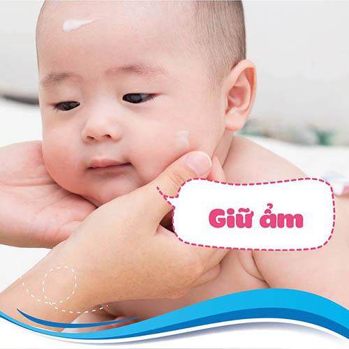 Chàm sữa có bản chất khô và cứng, dễ nứt nẻ nên luôn dưỡng ẩm vùng chàm để không bị sơ cúng hóa sừng - Con bị chàm sữa