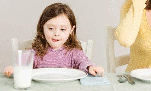 Lúc đói, trẻ sẽ khóc đều, lặp đi lặp lại và những cơn khóc thường ngắn