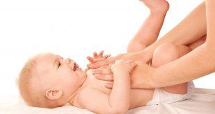 Trẻ bị lác sữa thường cảm thấy ngứa ngáy và rát trên da