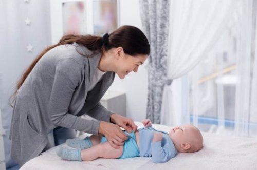 Khi trẻ sơ sinh bị viêm da, mẹ cần mặc quần áo mềm, thoải mái cho bé.