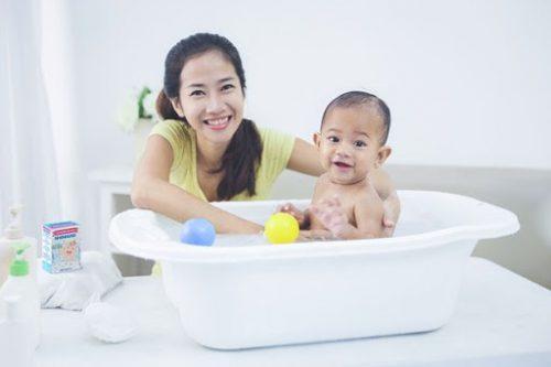 Tắm cho trẻ là cách chữa kê hiệu quả nhất