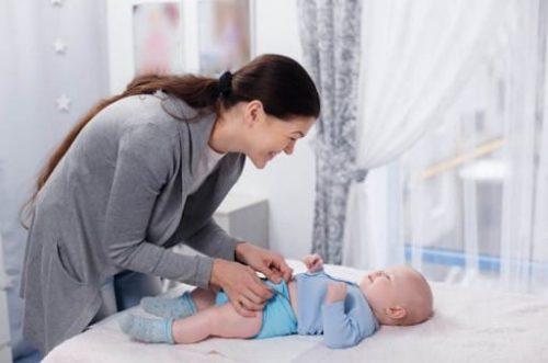 Khi trẻ sơ sinh bị viêm da, mẹ cần khoác quần áo mềm, dễ chịu và thoải mái cho bé (Ảnh internet)